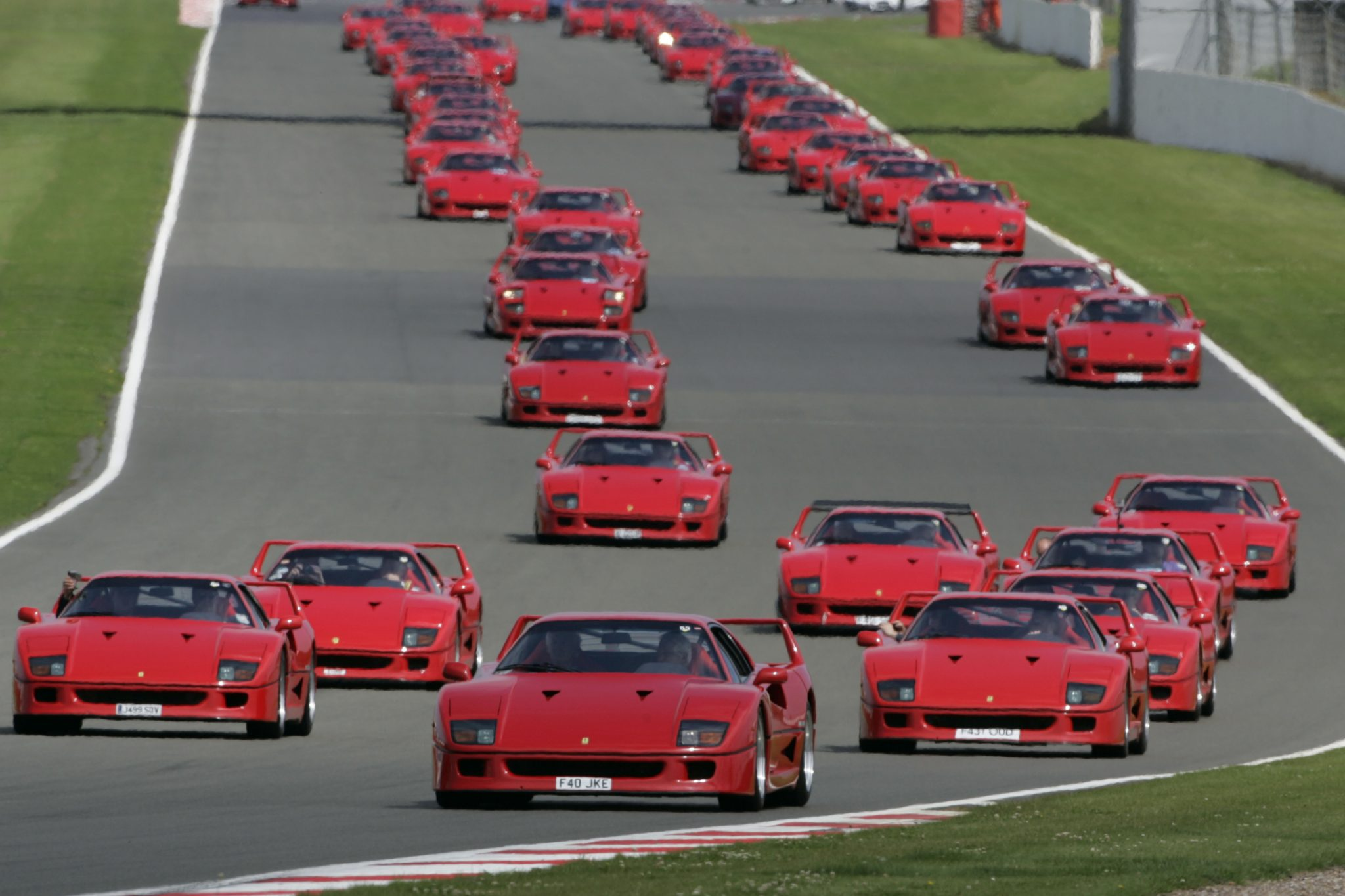 ferrari f40 celebrates 25th birthday at silverstone. Black Bedroom Furniture Sets. Home Design Ideas