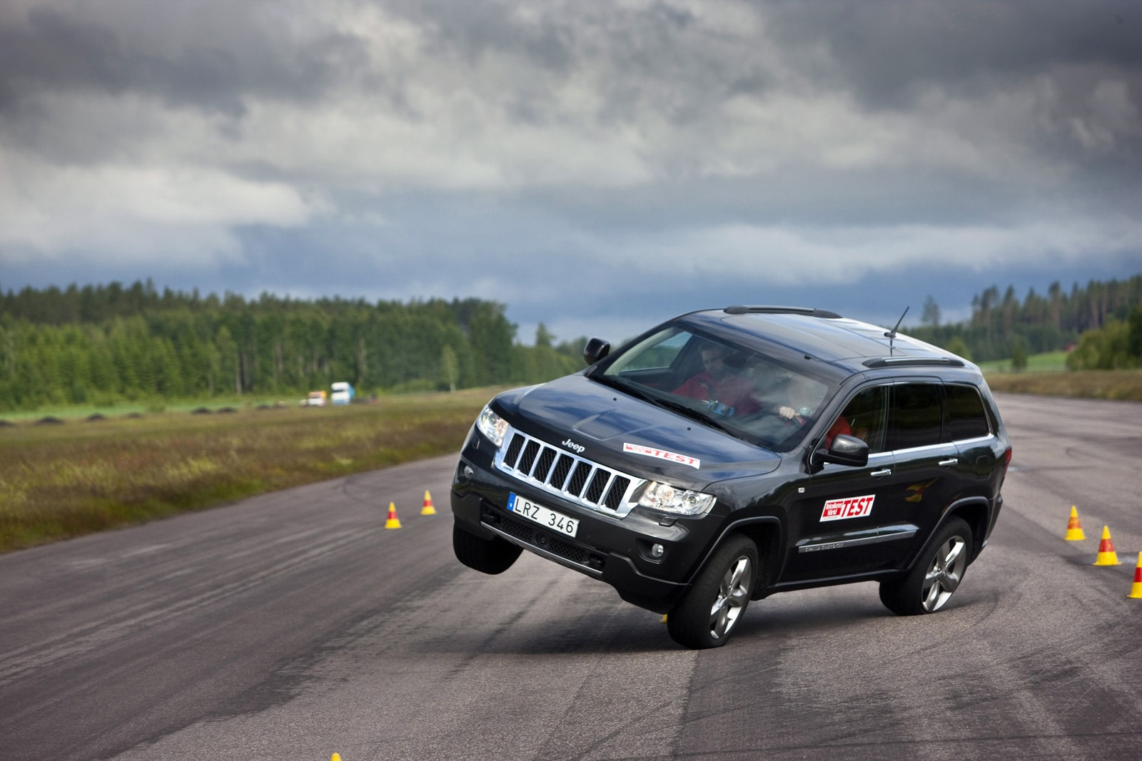 jeep cars news 2013 grand cherokee passes swedish moose test. Black Bedroom Furniture Sets. Home Design Ideas