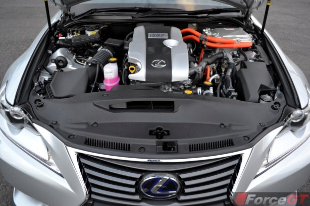 2014-Lexus-IS300h-engine-bay