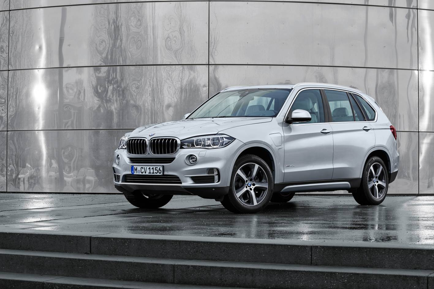 bmw unveils x5 xdrive40e plug in hybrid suv. Black Bedroom Furniture Sets. Home Design Ideas