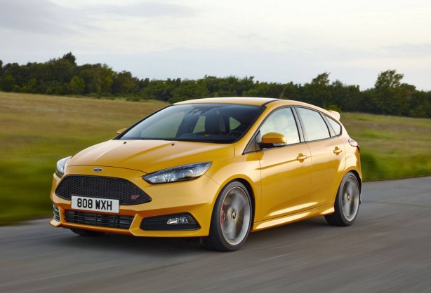 2016-ford-focus-st-front-quarter-rolling