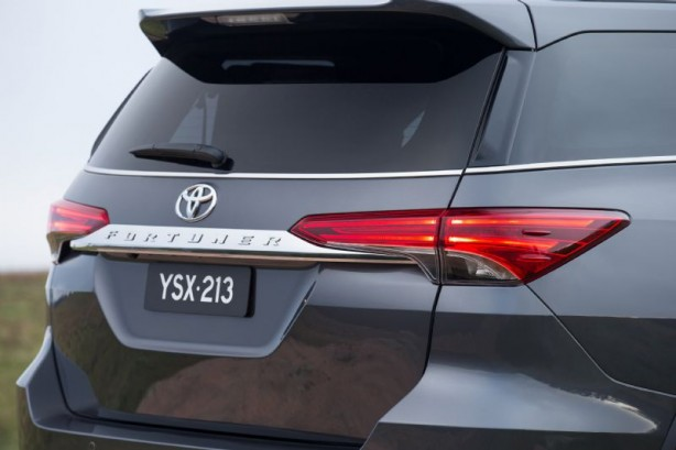 2015 Toyota Fortuner rear-1