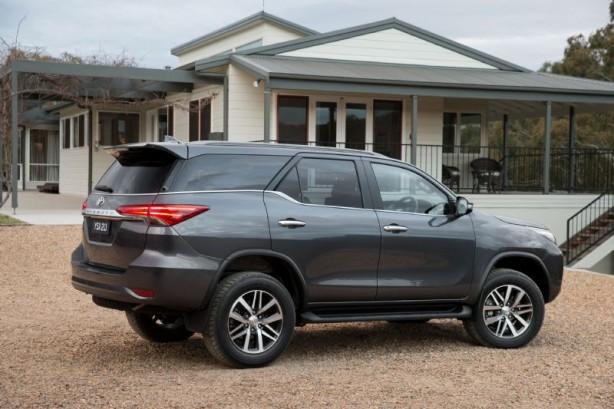 2015 Toyota Fortuner rear quarter