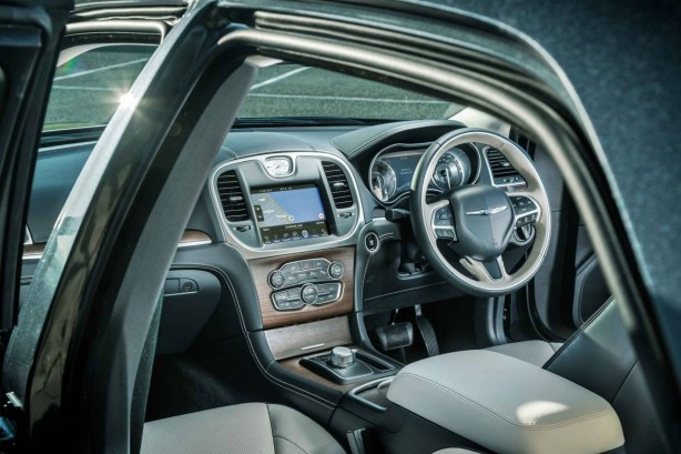 2015-chrysler-300-facelift-cabin