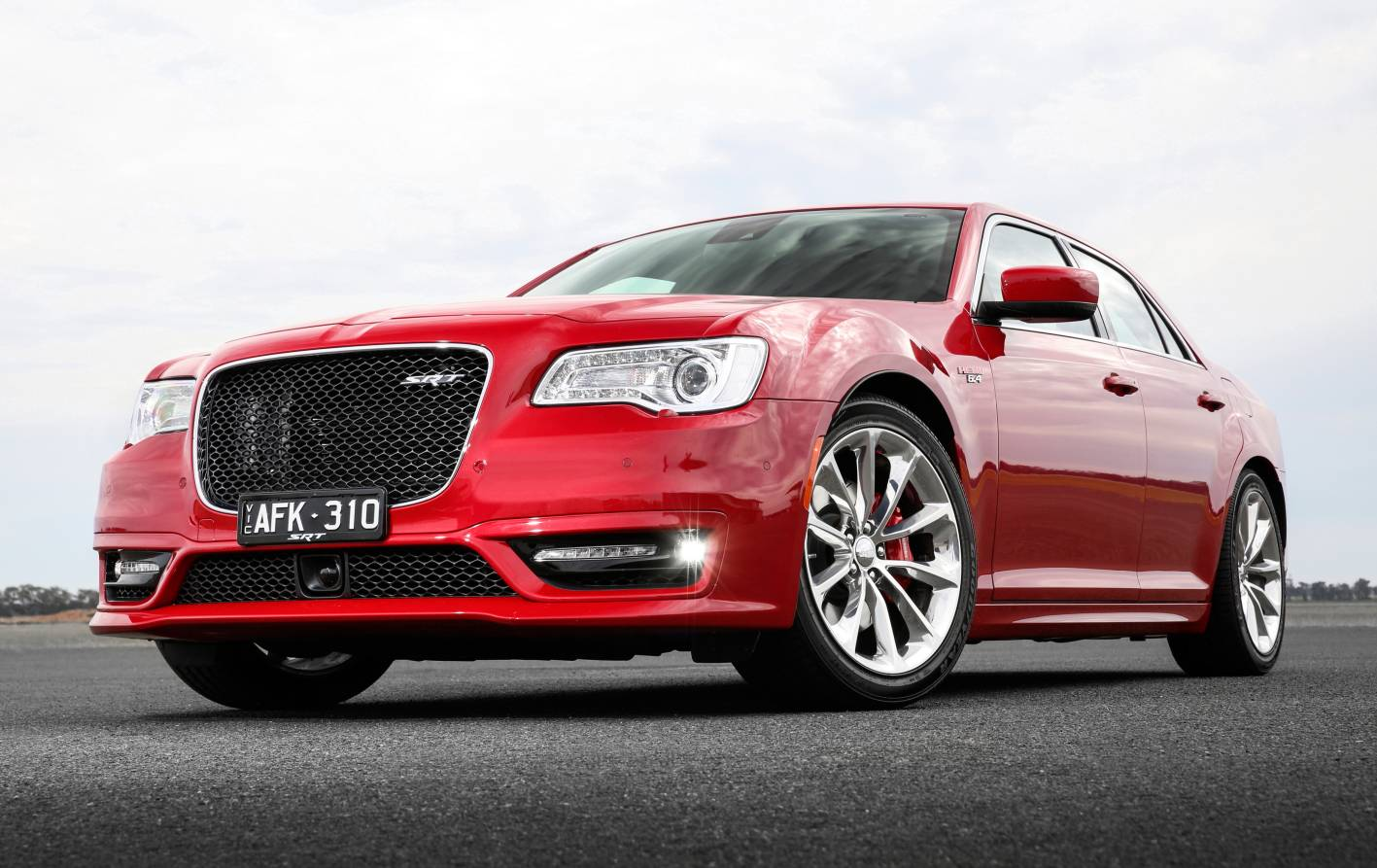 revised 2015 chrysler 300 srt returns to head line up. Black Bedroom Furniture Sets. Home Design Ideas