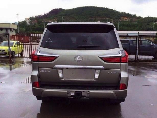 2016 Lexus LX 570 rear spy photo