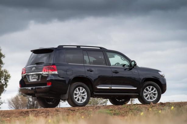 2016-toyota-landcruiser-200-series-facelift-rear-quarter