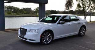 2015-chrysler-300-front-quarter