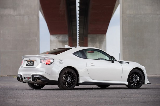 2015-toyota-86-blackline-edition-rear-quarter
