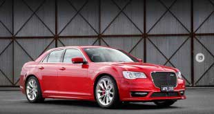 2015-chrysler-300-srt-facelift-front-quarter3