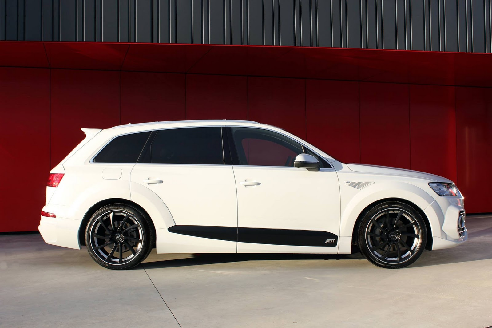 audi tuning abt 39 s audi qs7 is one mean looking q7. Black Bedroom Furniture Sets. Home Design Ideas