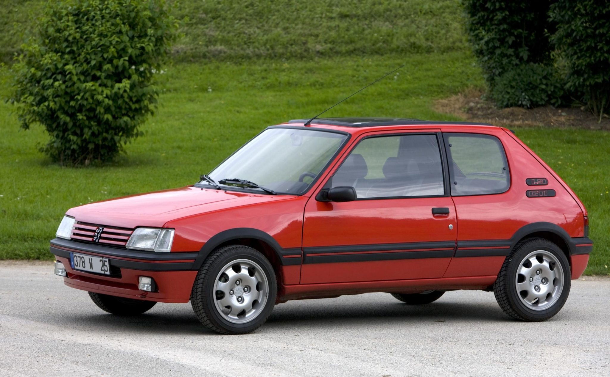 Peugoet 205 gti takes 39 greatest ever hot hatch 39 crown for Housse 205 gti
