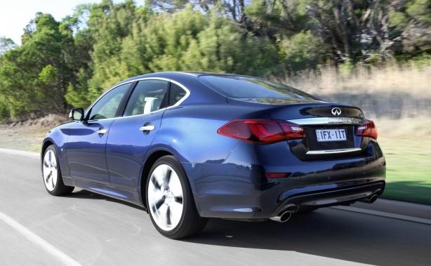 2016-infinity-q70-rear-reverse-back