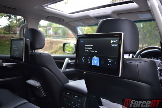 2016-toyota-landcruiser-sahara-rear-entertainment-screens