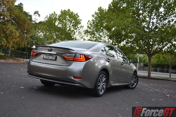 2016-lexus-es-rear-quarter