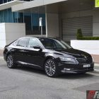 2016-skoda-superb-162tsi-sedan-front-quarter