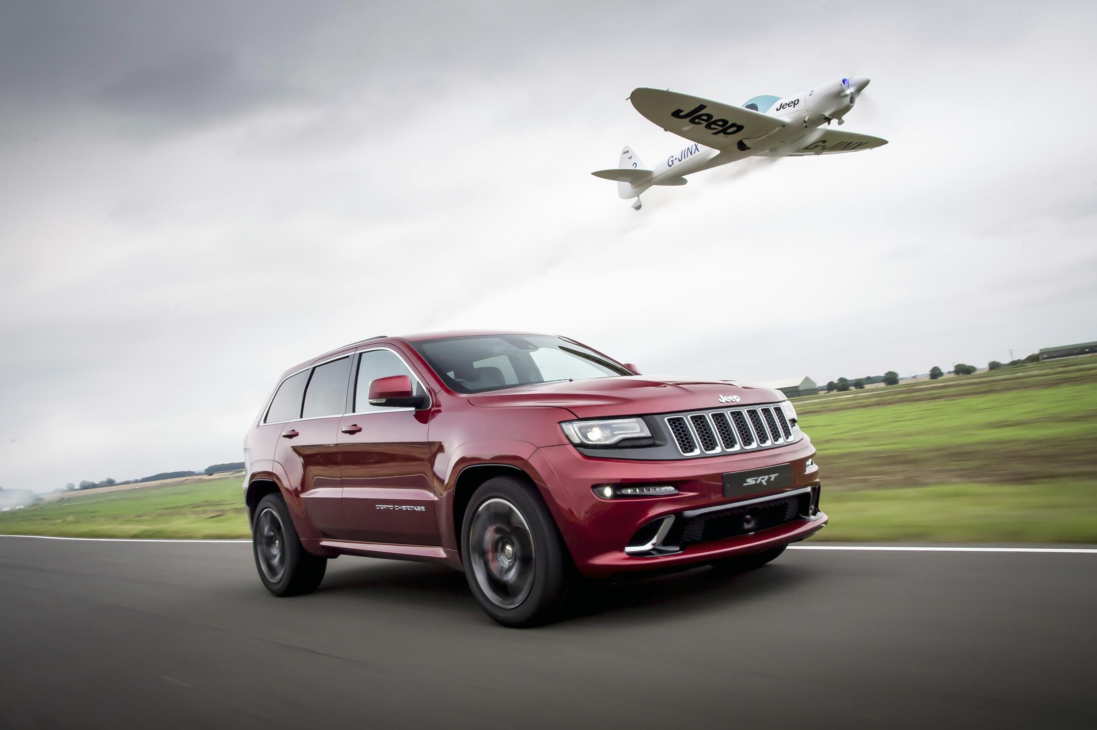 video jeep grand cherokee srt defeats plane in 39 ultimate 39 hot lap. Black Bedroom Furniture Sets. Home Design Ideas