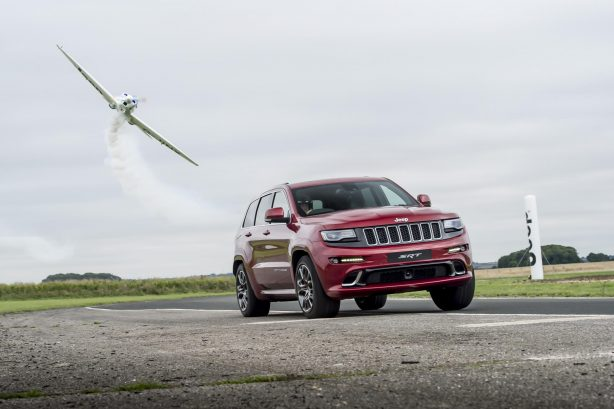 jeep-grand-cherokee-srt-vs-plane-4