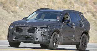 2017-volvo-xc60-spied-photo-rolling
