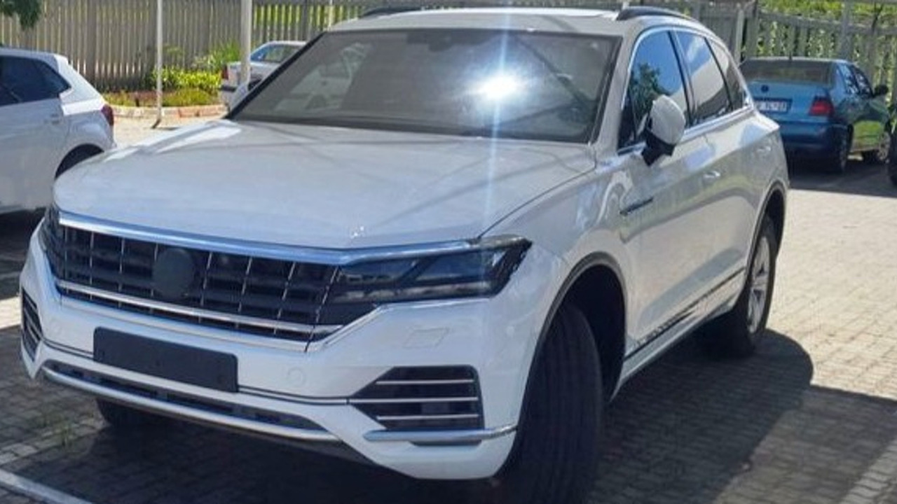 2018 volkswagen touareg spied without a shred of camouflage. Black Bedroom Furniture Sets. Home Design Ideas