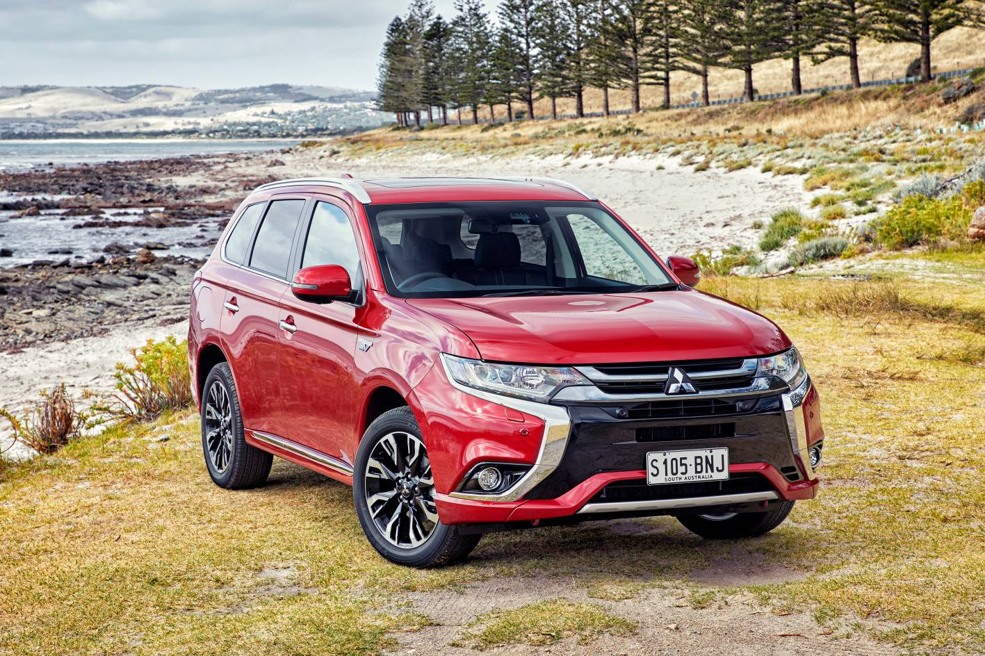 updated 2017 mitsubishi outlander phev brings fast charging flexibility. Black Bedroom Furniture Sets. Home Design Ideas