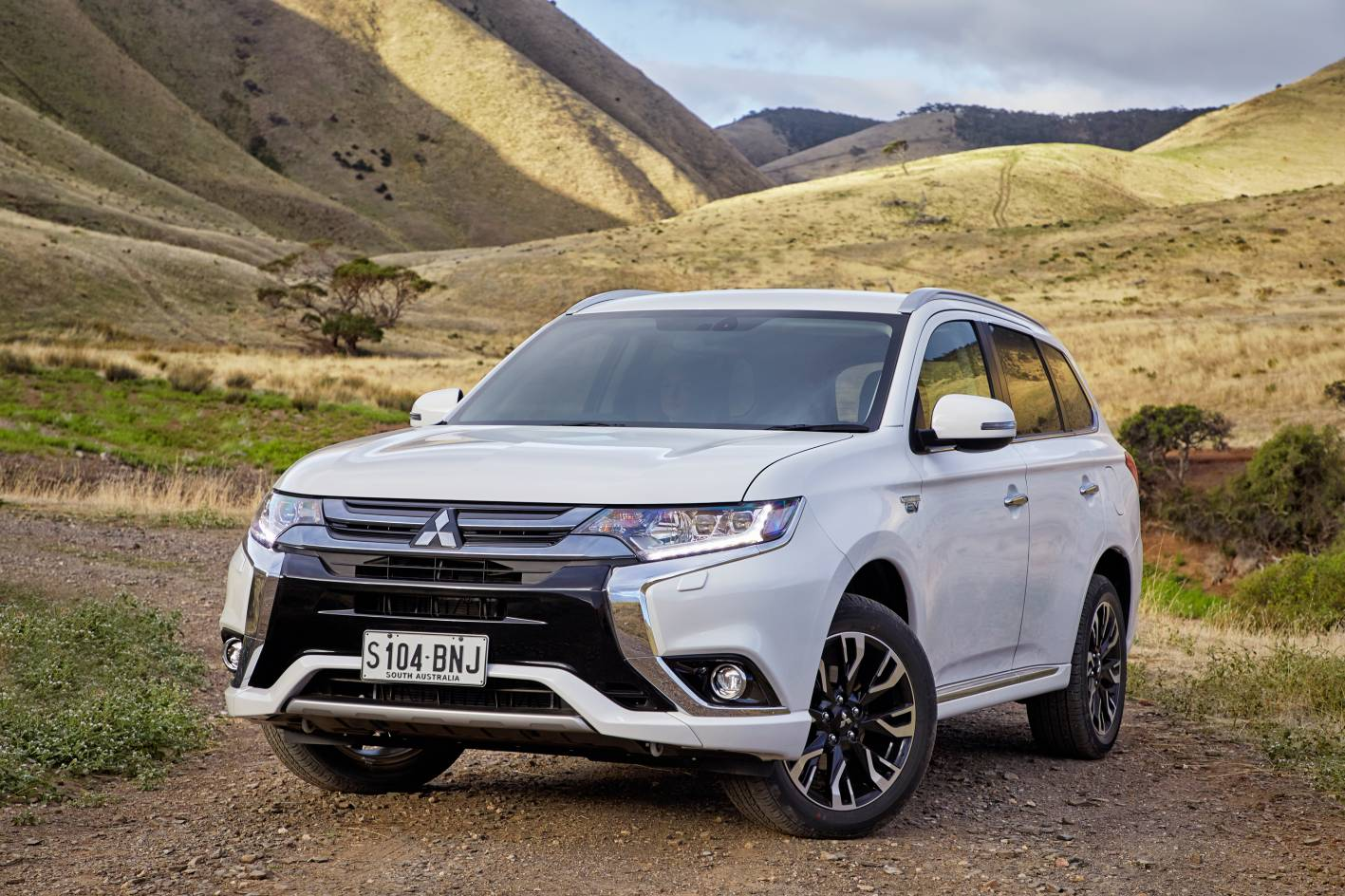 Updated 2017 mitsubishi outlander phev brings fast - Mitsubishi outlander 2017 interior ...
