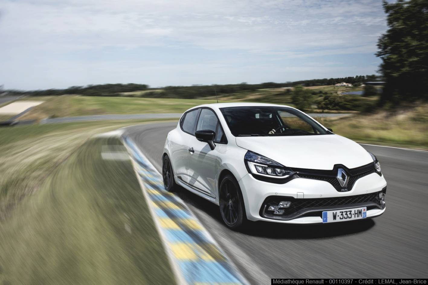 updated renault clio r s trophy arrives with 162kw 280nm. Black Bedroom Furniture Sets. Home Design Ideas