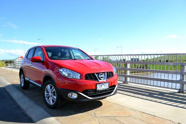 2013-Nissan-Dualis-TS-front-quarter-2