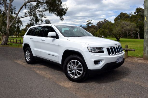 2013-Jeep-Grand-Cherokee-Laredo-4x2-front-quarter1