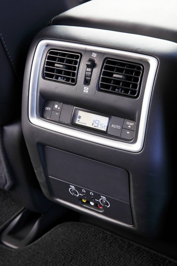 2014 Nissan Pathfinder rear seat climate control
