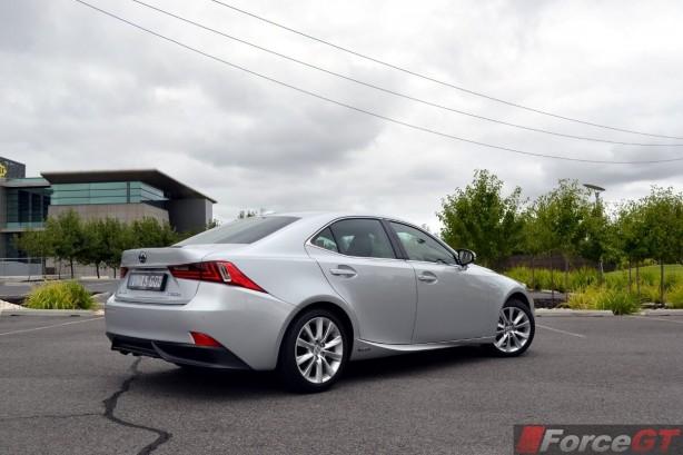 2014-Lexus-IS300h-rear-quarter