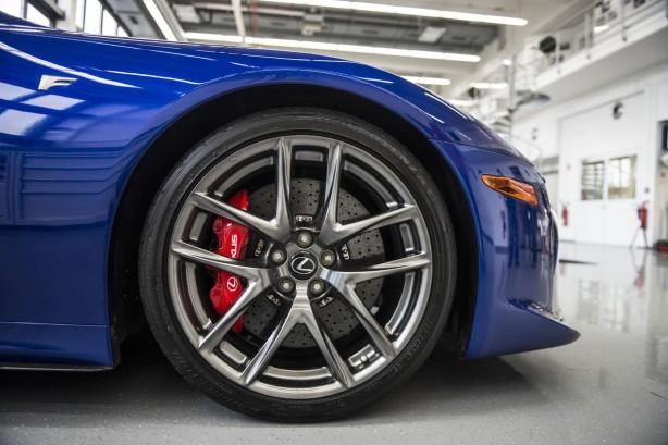 Lexus-LFA-service-centre-front-brakes