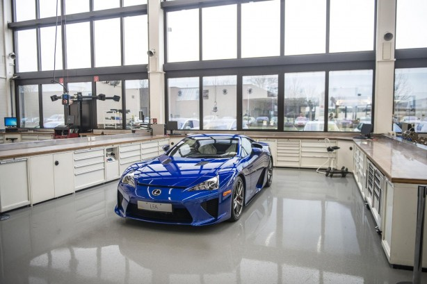 Lexus-LFA-service-centre-parked
