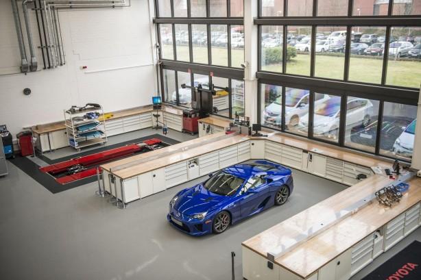 Lexus-LFA-service-centre-parked2