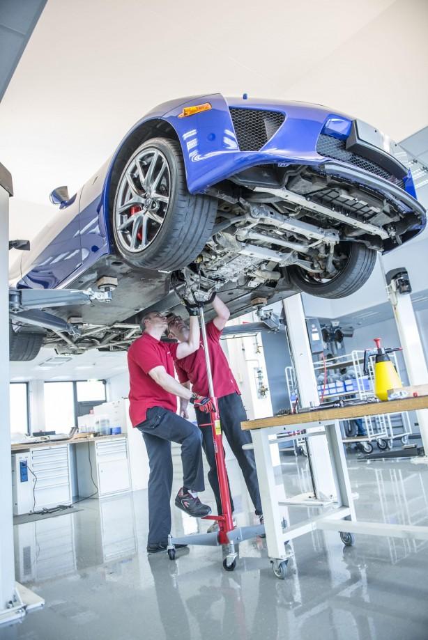 Lexus-LFA-service-centre-under-panel