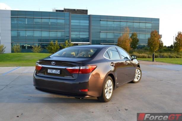 2014-Lexus-ES-300h-rear-quarter2