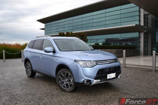 2014-Mitsubishi-Outlander-PHEV-front