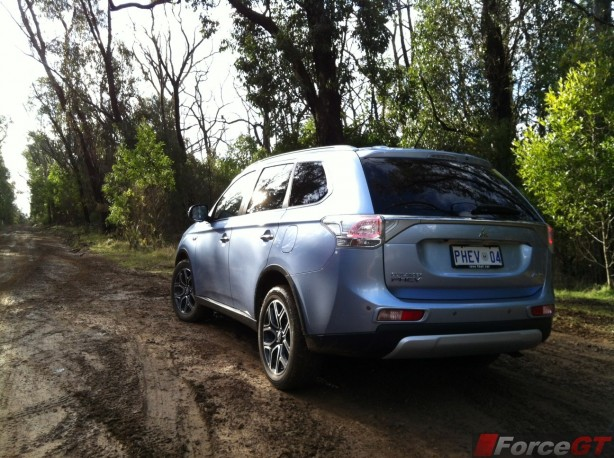 2014-Mitsubishi-Outlander-PHEV-offroad2