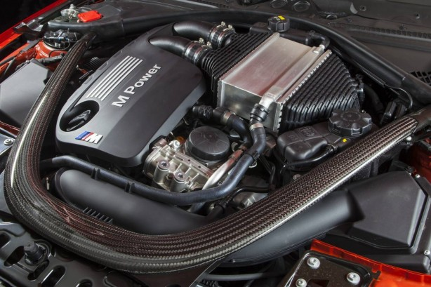 2014-BMW-M4-Coupe-engine