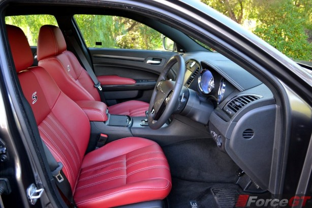 chrysler-300s-front-seats