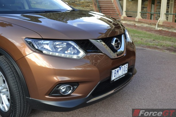 2014 Nissan X-Trail ST headlight and grille