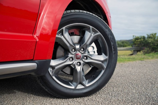 fiat-freemont-crossroad-front-alloy-wheel