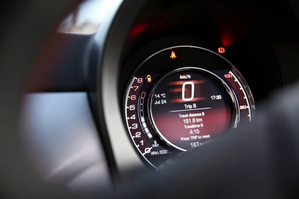 2014-fiat-500-digital-centre-gauge