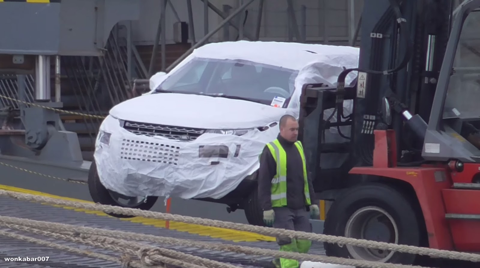 Damaged Range Rover Evoque lifted off Hoegh Osaka - ForceGT com