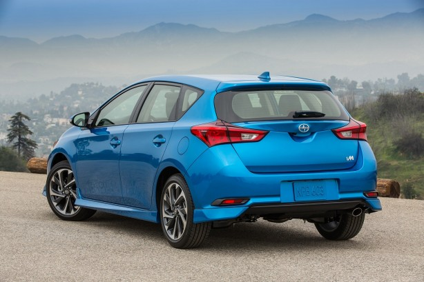 2016-toyota-corolla-hatch-facelift-rear-quarter