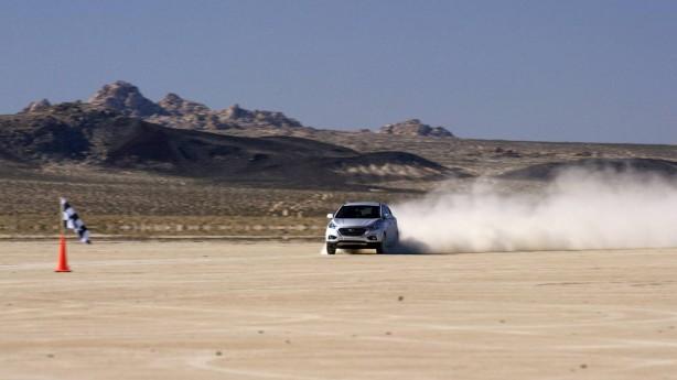 hyundai-ix35-fuel-cell-salt-flats-fast front
