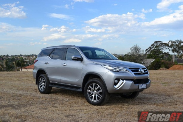 2016-toyota-fortuner-side