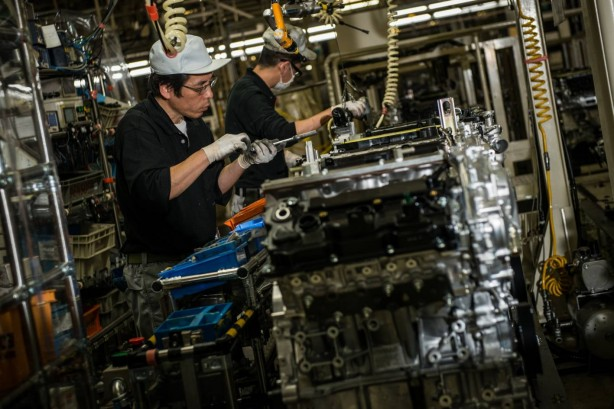 infinity-cars-vr30-bi-turbo-v6-enters-production-workers