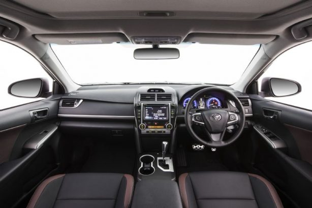 2016-toyota-camry-facelift-cabin